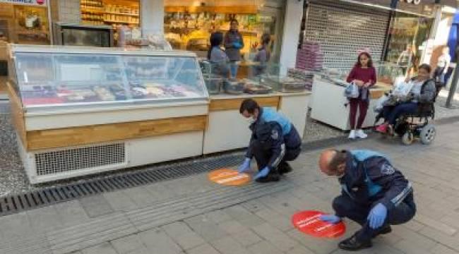 İzmir'de sosyal mesafe için zemin çıkartmaları devrede