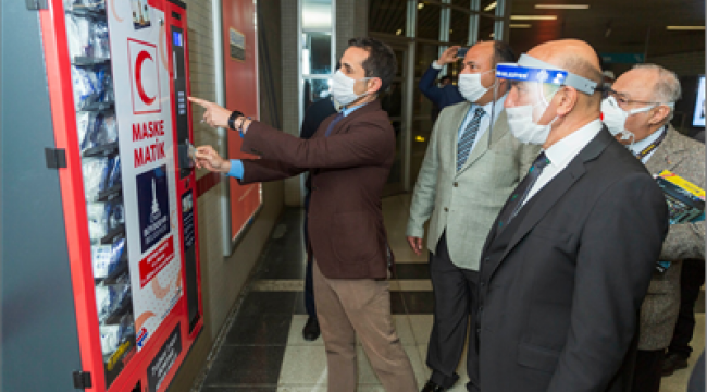 İzmir'in metro istasyonlarında maskematik dönemi