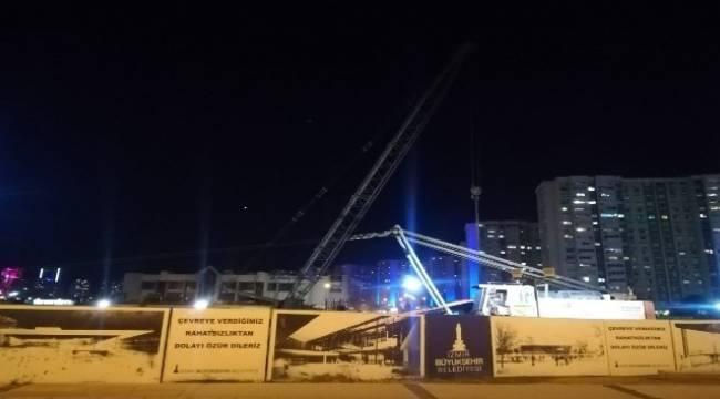 İzmir'de devrilen vincin altında kalan işçi öldü