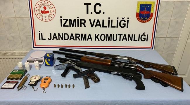 İzmir'de hint keneviri ve silah yakalandı