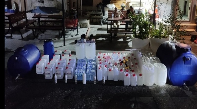 İzmir'de polislerin baskın yaptığı evden çok miktarda etil alkol ve sahte içki ele geçirildi