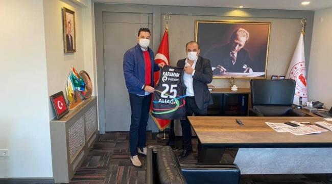 Aliağa Petkim Basketbol Takımın Genel Menajeri Levent Türknas Kaymakam Ömer Kahraman 'ı ziyaret etti
