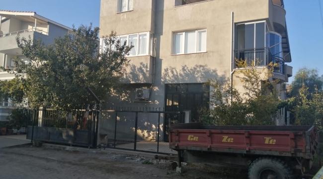 İzmir'in Aliağa ilçesinde bir kadın, yaşadığı evde bıçaklanarak öldürüldü