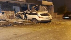 İzmir'de kısıtlama sessizliği kaza gürültüsü ile son buldu...Cip iş yerine girdi