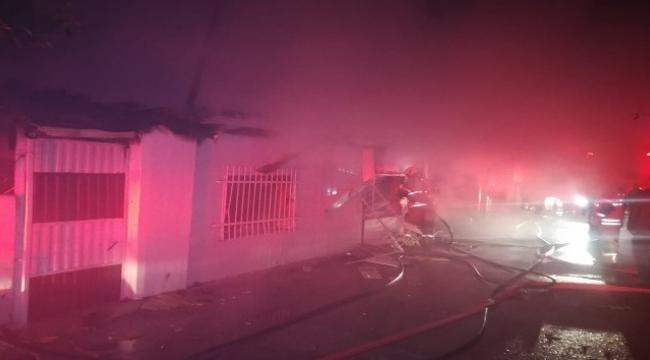 Yangında camlardaki demir korkulukları keserek mahsur kalanları kurtardılar