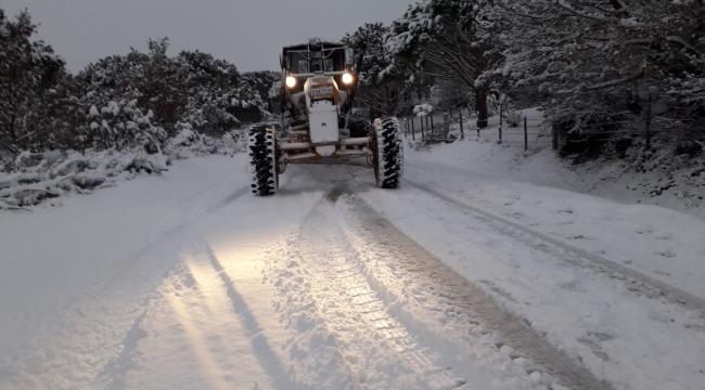 İzmir Büyükşehir Belediyesi ekipleri karla mücadelesini sürdürüyor