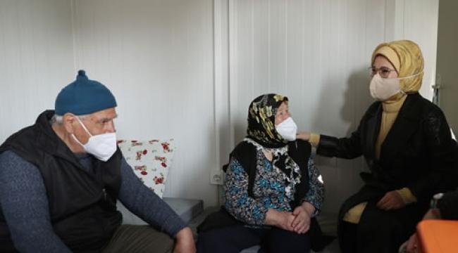 Emine Erdoğan, İzmir'de depremzede vatandaşları ziyaret etti