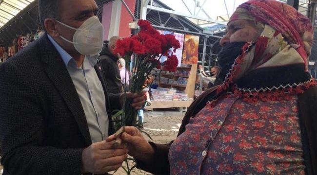 Başkan Koştu, Pazaryeri'nde çiçek dağıttı