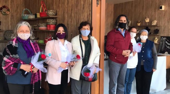 İYİ Parti Aliağa İlçe Teşkilatı Kadınlar Gününde Çiçek Dağıttı