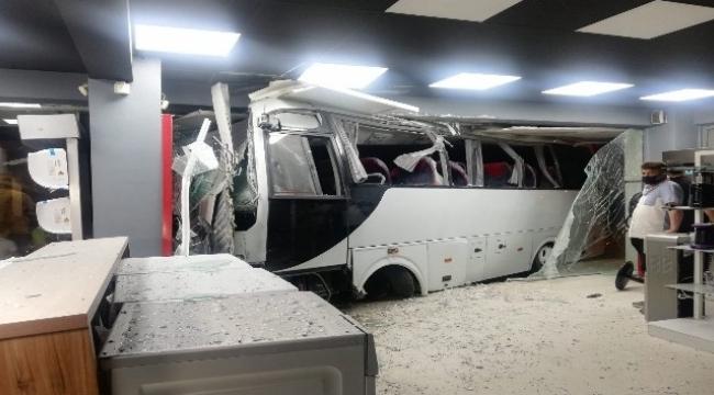Mobilya mağazasına dalan işçi servisinde can pazarı: 12 yaralı