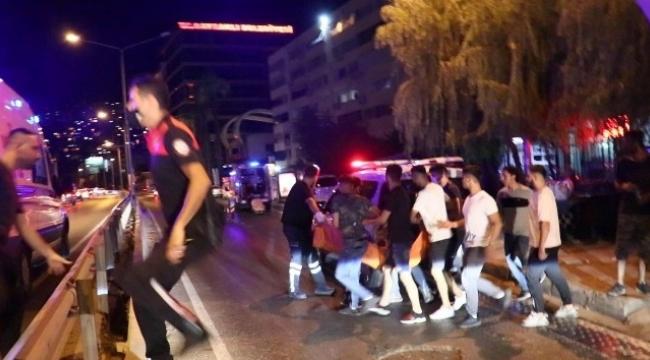 İzmir'de bıçaklı, kaldırım taşlı 'omuz atma' kavgası: 1 ölü, 3 yaralı