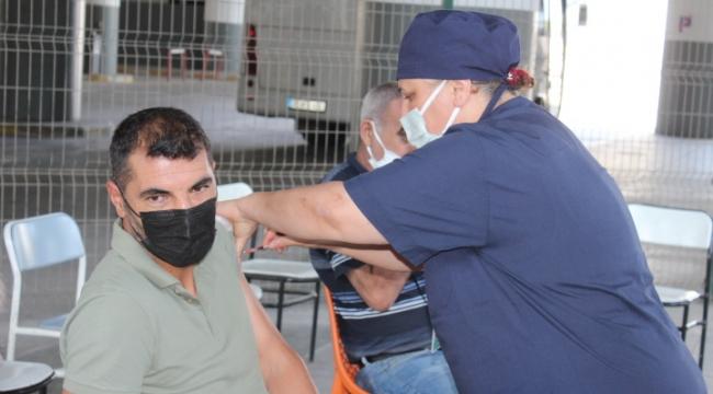 İzotaş İzmir Otogarı'ndaki aşı standı yoğun ilgi görüyor